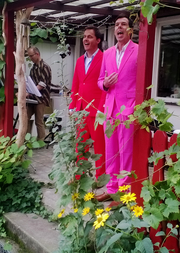Chorissimo lauscht dem Duo in Rot und Pink